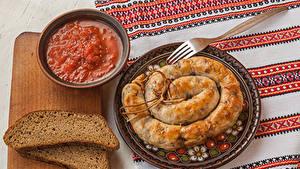 Фотография Хлеб Колбаса Мясные продукты Разделочной доске Кетчупа Пища