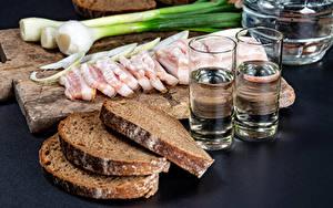 Фото Хлеб Зелёный лук Водка Разделочная доска Сало Нарезанные продукты Рюмка