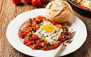 Фото Хлеб Овощи Тарелка Яичница Вилка столовая Завтрак
