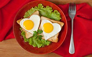 Картинки Хлеб Овощи Тарелка Яичница Двое Сердечко Вилка столовая Еда