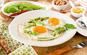 Картинки Завтрак Тарелка Вилка столовая Яичница Спаржа Еда