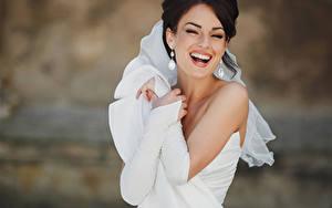 Фото Невесты Брюнеток Смеется Серег Радостная Платье Белый молодые женщины