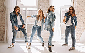 Обои Шатенка Танцует Джинсов Рука Четыре 4 молодые женщины