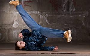 Фото Шатенка Танцует Ноги Смотрит Девушки