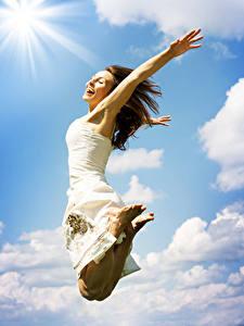 Картинка Шатенка Платье Прыжок Счастливые Девушки