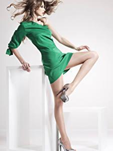 Обои Шатенка Платье Ноги Туфли Колготки Красивые