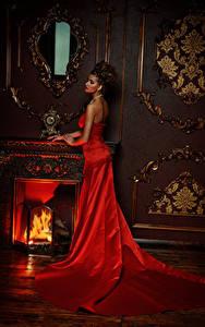 Картинка Шатенка Платье Красный Камин Девушки