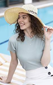 Картинки Шатенки Смотрят Улыбка Шляпа Руки молодая женщина