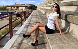 Картинки Шатенка Очки Сидящие Ног Туфлях девушка