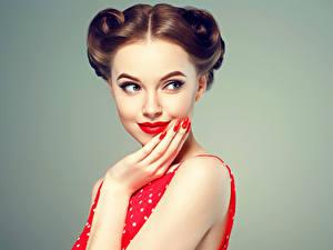 Картинки Шатенки Рука Маникюр Красивые молодые женщины