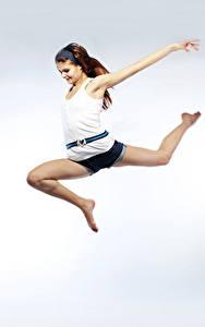 Обои Шатенка Прыжок Майка Ноги Улыбка Девушки