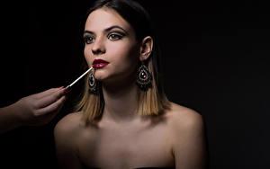 Фотографии Шатенка Макияж Серег Красные губы Черный фон девушка