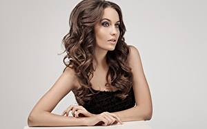 Картинка Шатенки Модель Красивые Макияж Волос Серый фон молодые женщины