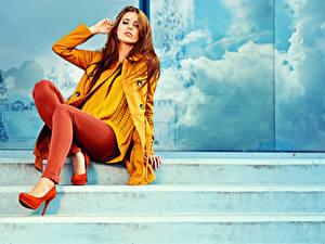 Картинки Шатенка Лестница Ноги Туфель молодая женщина