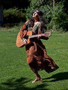Картинки Брюнетки Платья Гитара молодые женщины