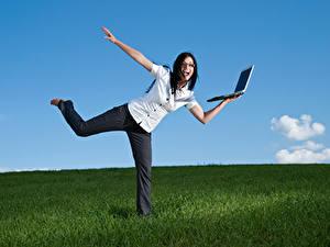 Обои Брюнетки Счастливая Ноутбуки Руки Очках молодая женщина