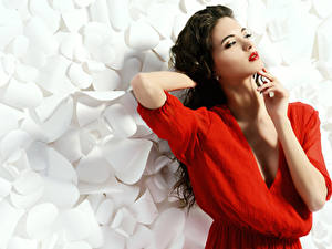 Картинка Брюнетка Красные губы Рука Макияж Поза молодые женщины