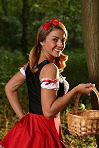 Фото Bryoni-Kate Williams Униформе Шатенки Бантики Смотрит Улыбается Рука Корзина red Riding Hood девушка