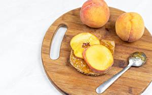 Фото Бутерброды Хлеб Персики Белый фон Разделочной доске Ложка Еда