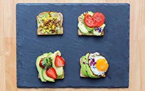 Обои для рабочего стола Бутерброды Хлеб Клубника Авокадо Яичница Пища