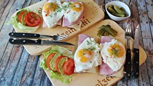Фото Бутерброд Ветчина Нож Вилки Яйцо Разделочной доске Продукты питания