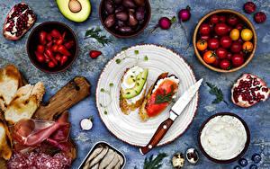 Картинка Бутерброды Ветчина Нож Помидоры Колбаса Гранат Оливки Хлеб Тарелка Двое Яйца