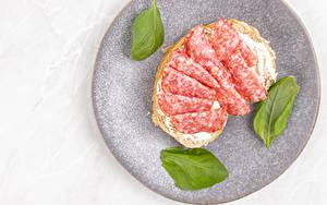 Обои Бутерброды Колбаса Хлеб Тарелке Пища