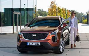 Обои Кадиллак CUV Спереди Металлик XT4 350D, Launch Edition Sport, 2020 авто Девушки