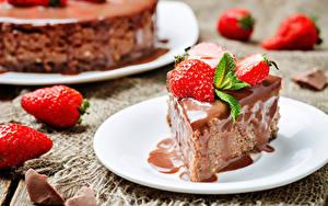Фотографии Пирожное Шоколад Клубника Тарелке Еда