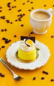 Картинка Пирожное Кофе Капучино Тарелке Вилка столовая Чашке Зерна Пища