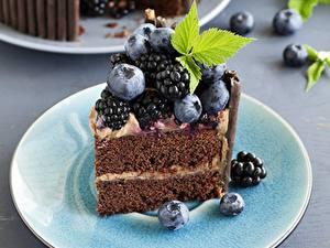 Фотография Торты Пирожное Ежевика Черника Кусок Продукты питания