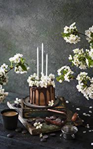 Фото Торты Свечи Цветущие деревья Шоколад Кофе Капучино Стакана