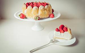 Фотография Торты Сладкая еда Клубника Вилки Цветной фон Продукты питания