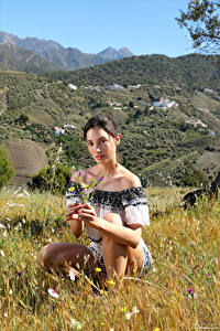Фотографии Calypso Muse Трава Сидя Смотрит молодые женщины