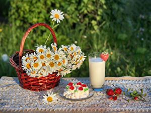 Фото Ромашки Молоко Клубника Пирожное Натюрморт Корзина Стакан Еда Цветы