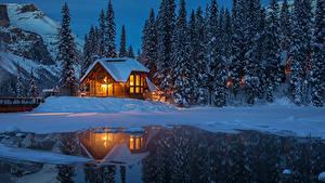 Картинка Канада Парки Дома Вечер Озеро Ель Снег Отражении Yoho National Park Природа