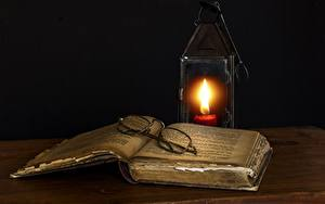 Картинки Свечи Пламя На черном фоне Книга Очков