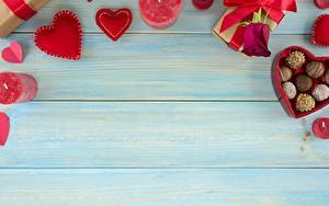 Фотографии Конфеты День святого Валентина Сердца Доски Шаблон поздравительной открытки Продукты питания