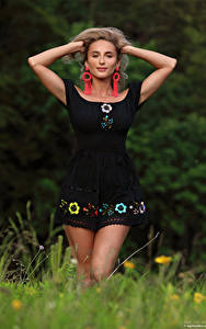 Фотография Cara Mell Блондинка Позирует Руки Платье Смотрят