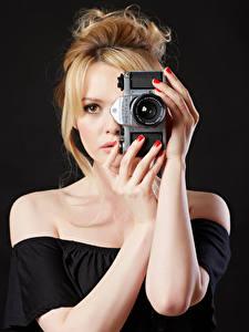 Обои Carla Monaco Блондинки Рука Фотокамера