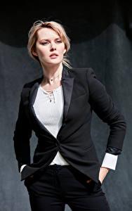 Картинка Carla Monaco Блондинки Фотомодель Позирует Костюме Смотрит Пиджак девушка