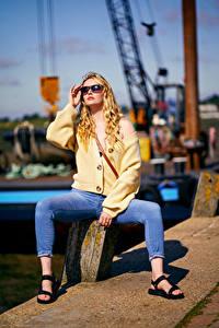 Фотография Carla Monaco Блондинок Позирует Сидящие Очки Джинсы Боке Девушки