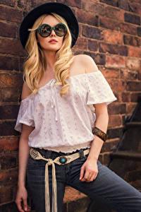Фотография Carla Monaco Блондинок Позирует Стена Кирпичный Шляпа Блузка Очках Джинсов Взгляд девушка