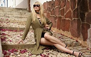 Фото Сидит Очки Ноги Красивые Блондинки Волосы Лестницы Carla Monaco Девушки