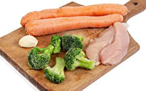 Картинки Морковь Чеснок Курятина Белым фоном Разделочной доске Broccoli Еда