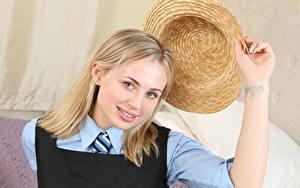 Фото Cassie B Блондинки Взгляд Шляпа Руки молодые женщины