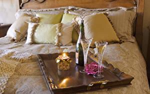 Фото Игристое вино Свечи Розы Кровате Подушки Бокалы Пища