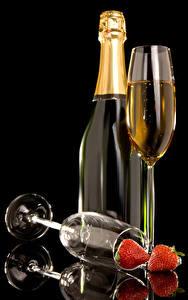Фото Игристое вино Клубника Черный фон Бутылки Бокал Пища