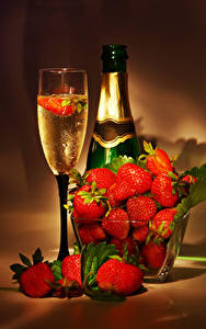 Фото Шампанское Клубника Бутылки Бокалы Еда