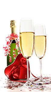 Фотография Игристое вино День святого Валентина Белым фоном Бутылки Бокалы Сердце Подарки Бантик Пища